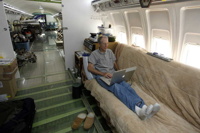 bruce campbell lives inside a boeing 727 airplane airplanehome 0018