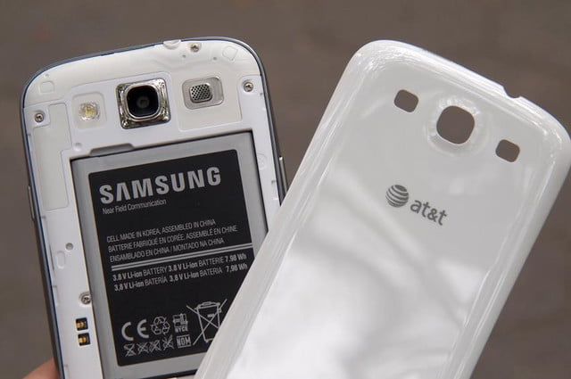 Samsung Galaxy S3 review back polycarbonate cover battery camera