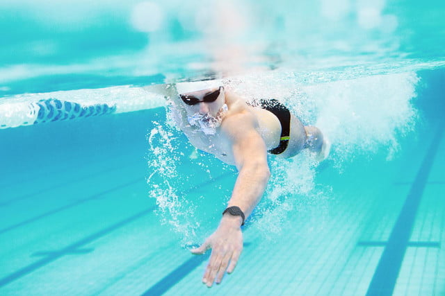 the moov now uses machine smarts to help improve your workouts swimming